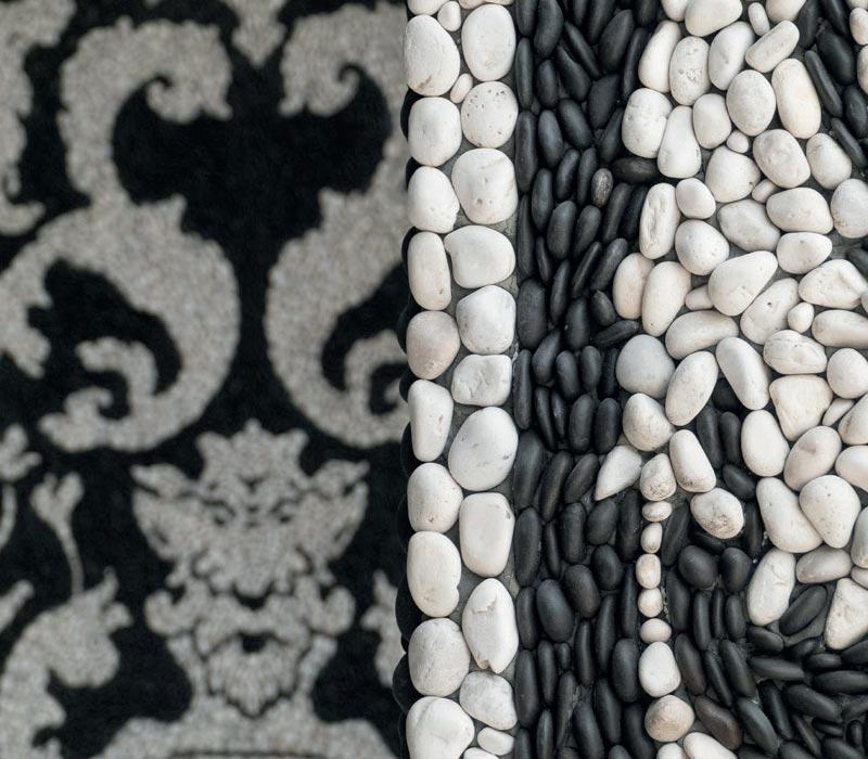 mosaico giardino arabesco con ciottoli monocromatici