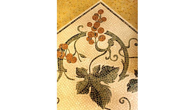 Mosaico con motivi floreali ocrarossa